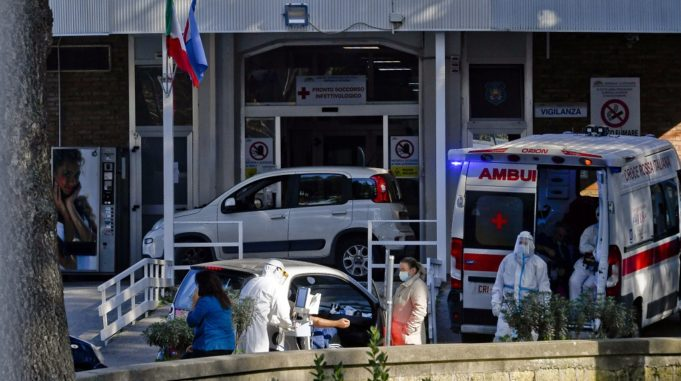 epa08813124 Medical staff assists suspected cases of Covid-19, arriving by car and waiting for available beds, outside the hospital for infectious diseases Cotugno in Naples, Italy, 11 November 2020.  EPA/CIRO FUSCO ATTENTION EDITORS: FACES PIXELATED AT SOURCE