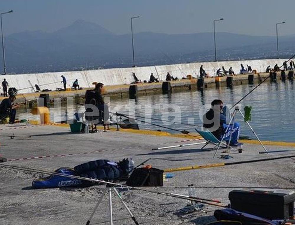 «Ξεχύθηκαν» στο λιμάνι της πόλης δεκάδες Κορίνθιοι για ψάρεμα - ΚΟΡΙΝΘΙΑ