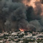 Meteo: Πώς η φωτιά στη Βαρυμπόμπη «εκτόξευσε» τη θερμοκρασία